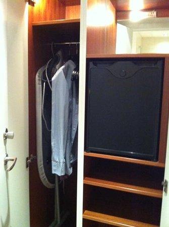 คลาเรียน คอลเล็คชั่น เมย์แฟร์:                   lite trång garderob och en tom minibar
