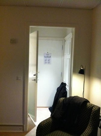 First Hotel Mayfair:                   lite trångt med dörrar till badrum, garderob och korridoren