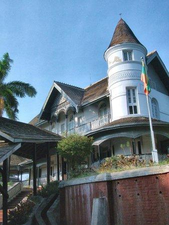 Bogyoke Aung San Museum :                   洋館が博物館になっている