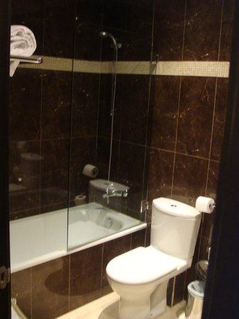 Hotel Constanza Barcelona:                   Bathroom