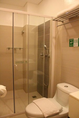 Go Hotels Tacloban: Toilet and Bath