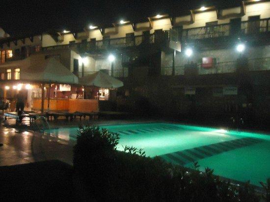 Bay View Hotel:                   Бассейн и бар вечером