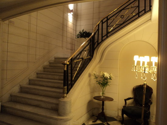Lastarria Boutique Hotel:                   Internal staircase leading to breakfast