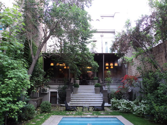 Lastarria Boutique Hotel:                   Looking from the pool towards the back of the hotel