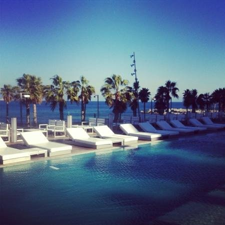 W Barcelona:                   vue depuis la piscine