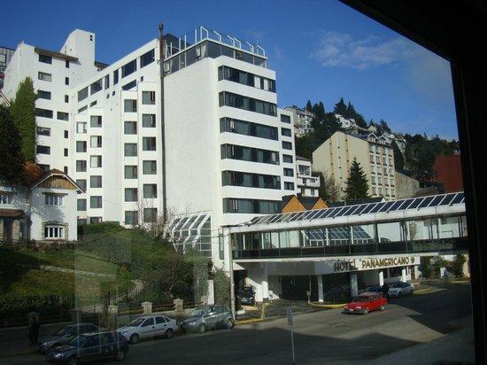 Panamericano Bariloche:                   Vista frontal do Hotel, a piscina aquecida fica na cobertura