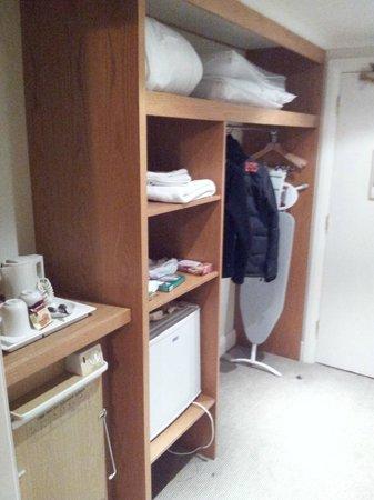 Holiday Inn Colchester: Wardrobe,minibar and kettle