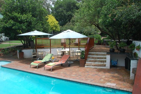Rivonia Bed & Breakfast: The terraces by the pool.