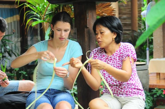 Bali Homestay: learning how to weave with leaves