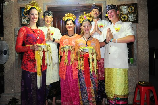 Bali Homestay: Our family in Balinese outfits