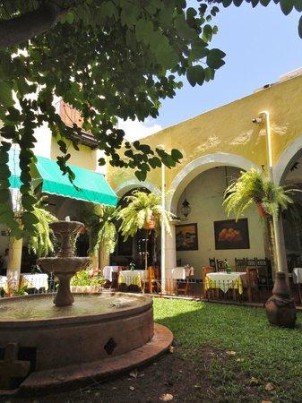 El Meson del Marques:                   restaurant autour du patio intérieur