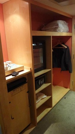 Holiday Inn Rochester-Chatham: wardrobe