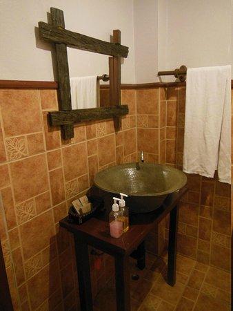 Inthira Vang Vieng : the bathroom
