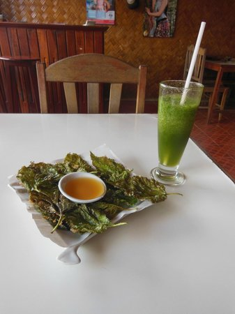 Organic Mulberry Farm Restaurant: Fried mulberry leaves and lemon-mint shake