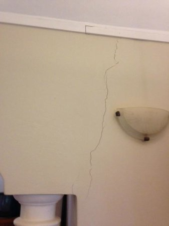 Lone Creek River Lodge:                   cracked wall
