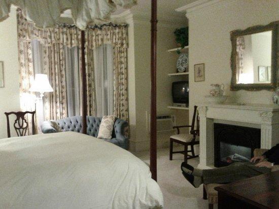 Tattingstone Inn: Cozy room