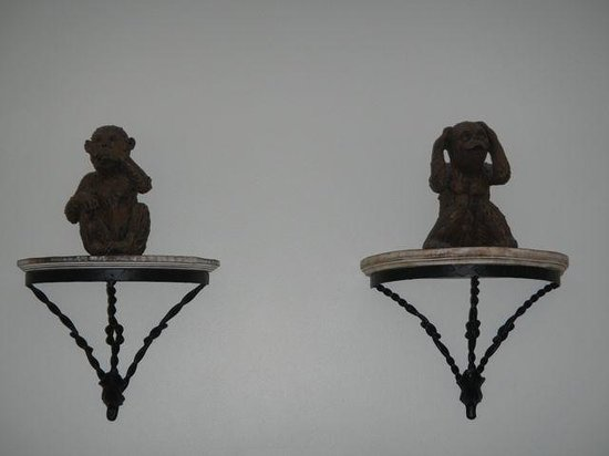 Inn at Camachee Harbor: Monkeys on the wall - hear no evil and speak no evil, but not see no evil...wonder where he was?