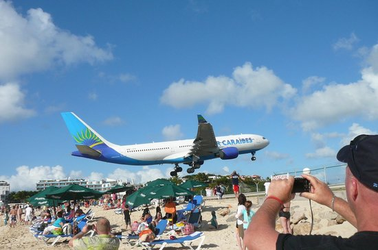 Sonesta Maho Beach Resort & Casino: Planes so close you feel like you could rech up and touch them!