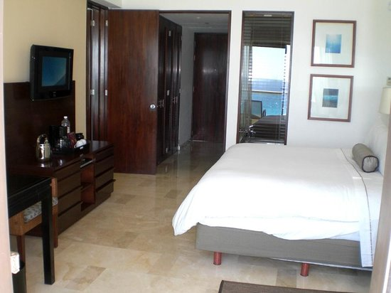Live Aqua Beach Resort Cancun: Tierra Suite - Room side