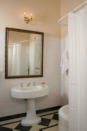 رونيز بوتيك هوتل: Delux bathroom