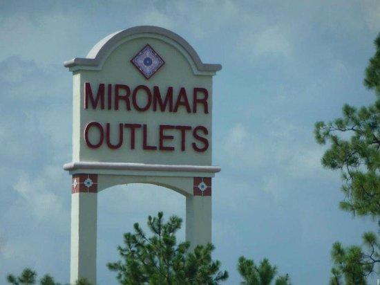 Miromar Outlets:                   Entrada al outlet
