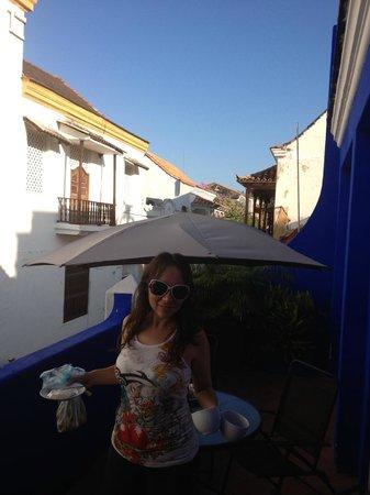 Casa Blue Business & Hotel :                   Paola Olsen desayunando en la terraza de la habitacion suite