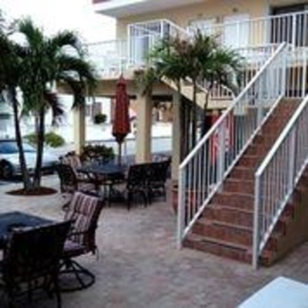 Nevada Beach Apartments - Hollywood Beach: court yard