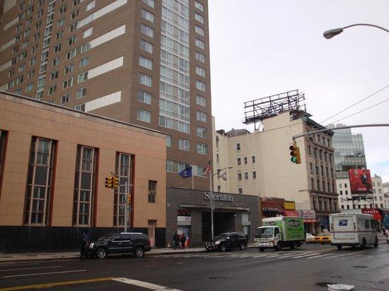 Sheraton Tribeca New York Hotel :                   ホテル入口。入口むかって右隣にデリ。
