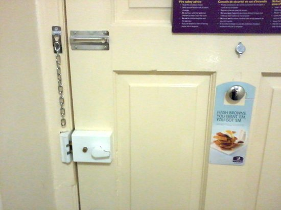 Premier Inn Halifax South Hotel: Just to prove it's a Premier Inn that's got the broken security chain and dodgy lock!