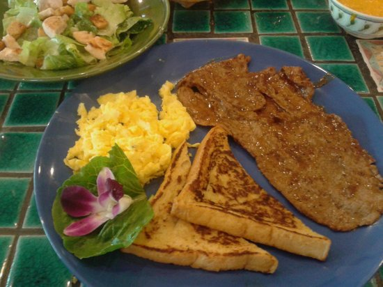 Que Pasa Mexican Restaurant: Steak and scrambled eggs with french toast
