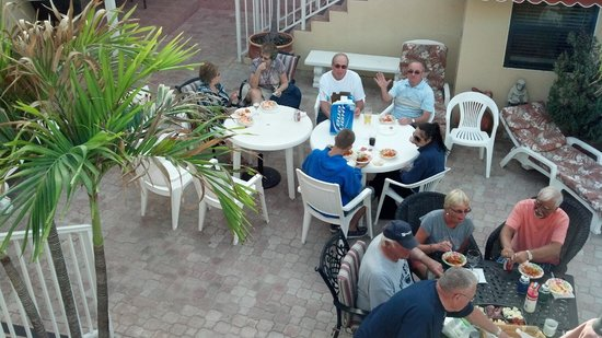 Beach Rooms Inn - Hollywood Beach: Everyone enjoying a home made meal courtsey of Maria of Nevada Beach Apartments