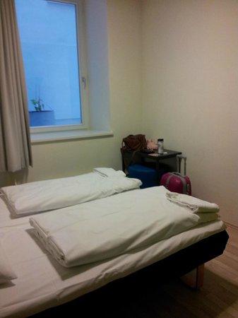 Generator Hostel Hamburg:                   Mittags 13:00 - Fast kein Tageslicht im Zimmer!