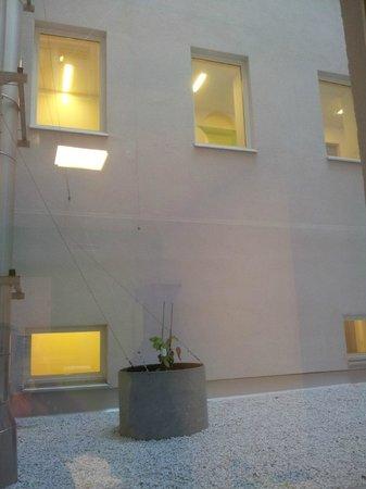 Generator Hostel Hamburg:                   Innenhof - Der Blick aus dem Fenster