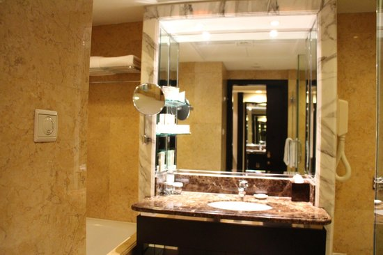 Mandarin Orchard Singapore:                   Bathroom