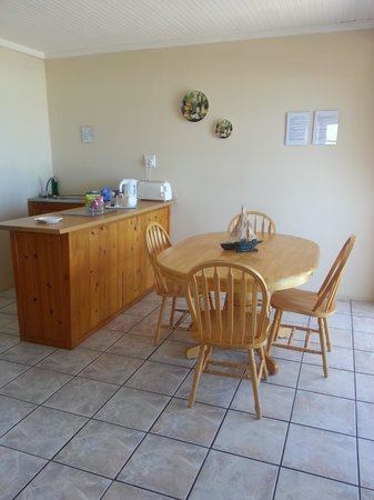 Dolphins View Guest House :                   Kitchen and Dining Area Apartment 1