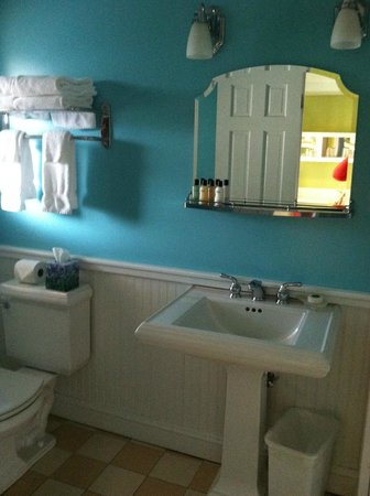 Canalside Inn:                   Bathroom