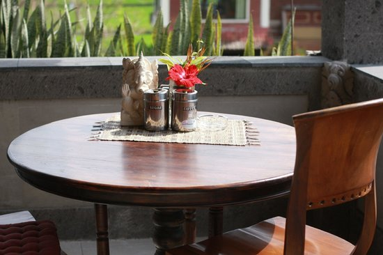 Hibiscus Cottages: Breakfast table on the balcony