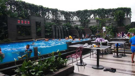 Aston Primera Pasteur Hotel & Conference Center: swimming pool