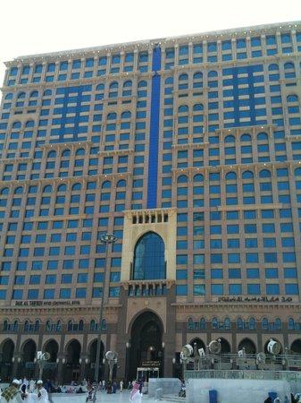 InterContinental Dar Al Tawhid:                                     View of IHG Darul Tawhid Hotel from Grand Mosque