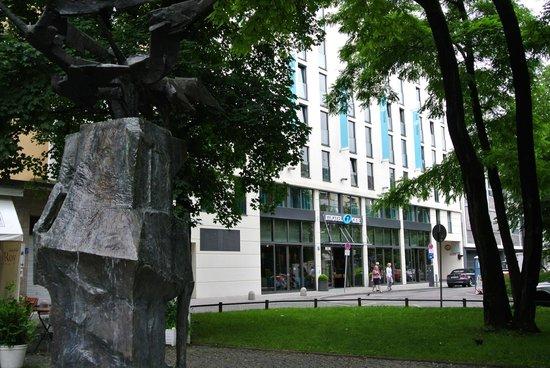 Motel One Munchen-Deutsches Museum:                   ホテル正面