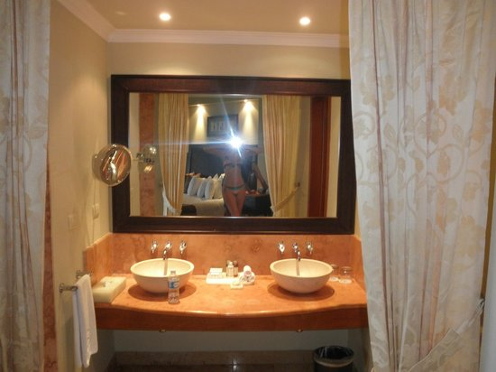 Valentin Imperial Riviera Maya:                   double sinks in Emerald suite