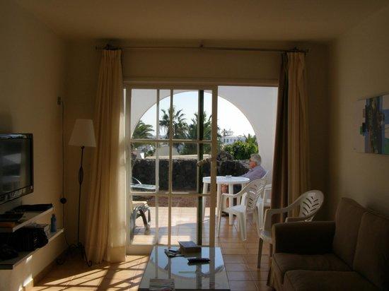 Apartamentos THe Las Gaviotas:                   Vanuit de woonkamer naar terras