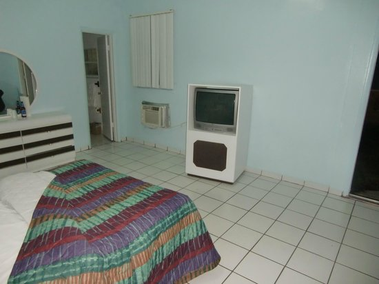 Parkway Inn Airport Motel :                   the dingy bedroom w/TV !