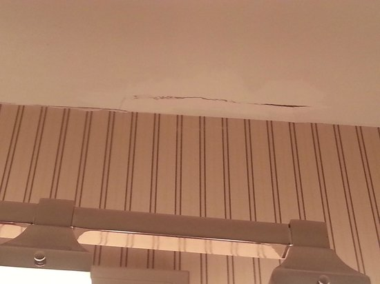 Sheraton Suites Akron/Cuyahoga Falls: Cracked and poorly repaired ceiling above bathroom sink