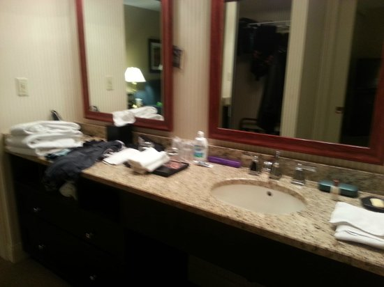 Sheraton Suites Akron Cuyahoga Falls: Large counterspace in bathroom