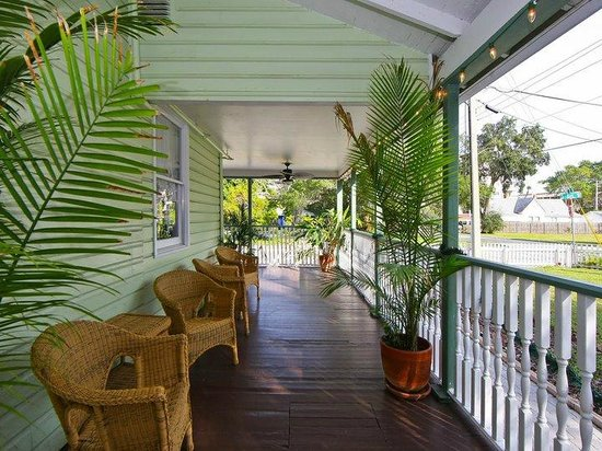 The Londoner Bed & Breakfast: Front porch