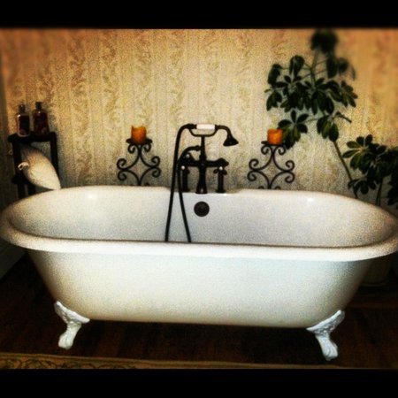Historic Village Bed and Breakfast:                   Gorgeous and comfy tub!