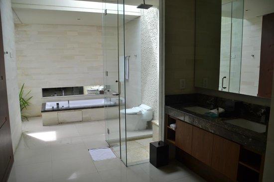 Pradha Villas:                   حمام نظيف وواسع