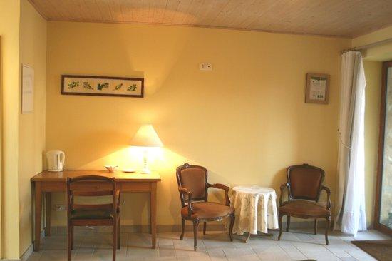 Chambre jonquille : bureau et coin conversation picture of le clos
