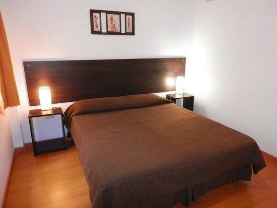 Lugabe II Apartments: calido dormitorio con cama matrimonial